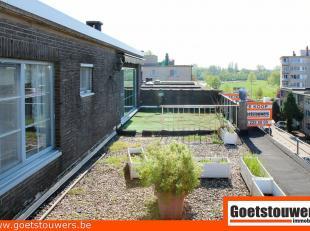 Mooi en goed verzorgd dakappartement met 2 ruime terrassen en veel lichtinval.  Dit appartement omvat een living, een ingerichte keuken, een badkamer