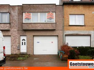 Ideale woning voor kleine zelfstandige of autoliefhebber gelegen te Deurne Noord.  Op het gelijkvloers is er een ruime garage/magazijnruimte (+- 80m&s