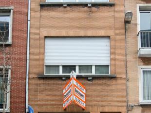 Centraal gelegen ruime gesloten bebouwing, thans bestaande uit 3 verhuurde wooneenheden, zijnde gelijkvloers en 1ste verdieping appartement met 1 slaa