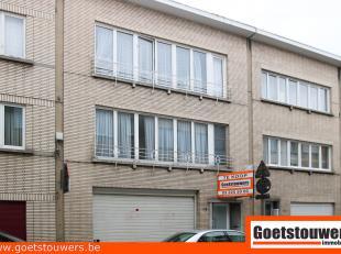 Gunstig gelegen te renoveren opbrengsteigendom bestaande uit garage en 2 appartementen met elk 2 slaapkamers. Straatbreedte 8,5 m.