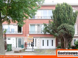Dit klein appartementsgebouw met rustige ligging te Deurne Noord omvat 2 gelijkaardige appartementen met telkens 2 slaapkamers en terras achteraan.