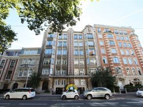 Zeer ruime en authentiek 3-slaapkamer appartement (met garage) in prachtig art deco gebouw met Parijse lift, marmeren vloeren, etc. Ideaal gelegen aan