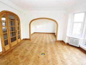 Zeer ruim en luxueus gerenoveerd 3-slaapkamer appartement (met mogelijke garage) in prachtig art deco gebouw met Parijse lift, marmeren vloeren, etc.