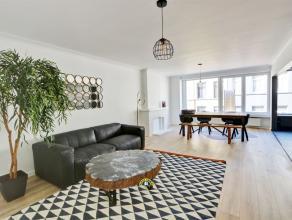 Zeer ruim en mooi gerenoveerd 2-slaapkamer appartement van ca 100 m² met terrasje en kelder. Gelegen in volledig gerenoveerd betonnen gebouw in e