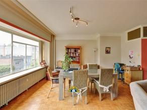 Zeer ruim 2-slaapkamer appartement van ca 110 m² met terras, mogelijkheid tot bij aankopen van 1 of 2 garageboxen. Ideaal gelegen, met makkelijke