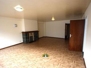 Zeer ruim 3-slaapkamer appartement op de 3de verdieping van een goed onderhouden gebouw. Het betreft een appartement met terras. Zeer centraal gelegen
