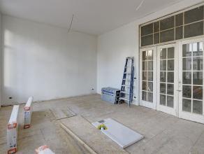 Prachtig luxueus gerenoveerd 2-slaapkamer appartement met 2 badkamers én terras op een toplocatie aan de Leien! Het gebouw wordt volledig geren