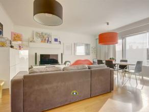 Zeer leuk 2 slaapkamer appartement met terrasje op een tweede verdieping in een klein gebouw gelegen nabij het centrum van Wilrijk. Nabijheid van Camp