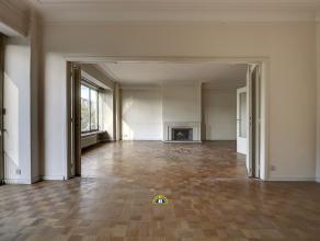 Zeer ruim en authentiek te renoveren 3-4 slaapkamer appartement van ca. 160 m2 met groot terras ca. 15 m2. Ideaal en zeer centraal gelegen met winkels