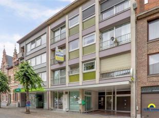 Goed verhuurbaar centraal gelegen appartement met garage:<br /> Aan het kerkplein van Kruibeke; winkels, scholen en openbaar vervoer zijn vlakbij.<br