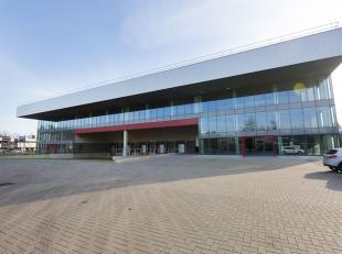"""Nieuw gerealiseerde solitaire """" state of the art"""" logistieke site met magazijn (10.500 m²) met een vrije hoogte van 13,5 m. alsook voldoende kant"""