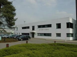 Een terrein met een oppervlakte van ongeveer 1 ha, uitbreidbaar, waarvan 1.965 m² bebouwd.