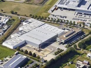 De site met een oppervlakte van 2,3 ha is gelegen op de industriezone Ekkelgaarden te Hasselt en omvat ± 3.500 m² bedrijfsgebouwen en &plu