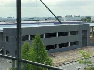 Polyvalent bedrijfsgebouw op IZ Duwijck te Lier. De site is volgens het vigerende gewestplan gelegen in een Industriezone (donkerpaars). Detailhandel