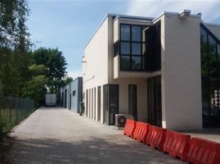 """Goed gelegen magazijnen, gelegen in de Bedrijfsstraat 21 te Hasselt, vlak naast """"Wijkopenautos.be""""."""