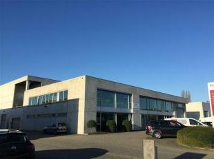 Zeer recent bedrijfsgebouw te Wilrijk, Neerlandweg. Dit kwalitatief bedrijfsgebouw bestaat uit magazijnen, kantoren en showroom. Het gebouw ligt in de