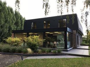 Gerenoveerde lichtrijke kantorenvilla omgeven door een mooi aangelegde tuin en gelegen in een rustige omgeving, echter vlakbij N70 (Gent-Antwerpen) en