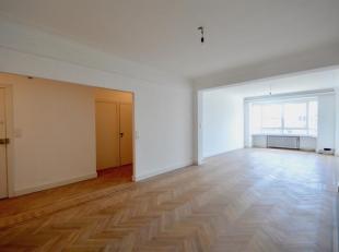 Art-deco appartment met drie-slaapkamers vlakbij het Operaplein.