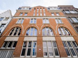 Te midden van het historisch stadscentrum bevindt zich dit spacieus en uiterst zonnig appartement.Indeling: Via de lift bereikt men het appartement. I