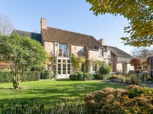 Prachtige villa met tuin en zwembad, rustig gelegen op de grens van een natuurdomein op een zeer gunstige locatie in een residentiële villawijk t