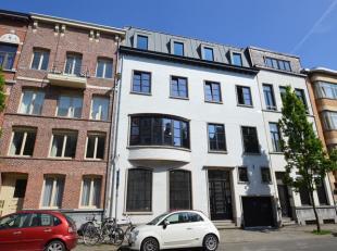 Op het bruisende Zuid vlakbij het Museum van Schone kunsten bevindt zich dit semi-casco gelijkvloersappartement met tuin, zwembad en parkeergelegenhei