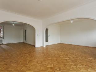 Royaal appartment met drie-slaapkamers vlakbij het Operaplein.<br /> Indeling: inkomhal met ingemaakte kasten. Vanuit de inkomhal bereikt men de ruime
