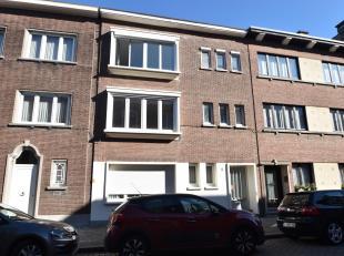 Mooi gerenoveerd appartement op de 2de verdieping met twee slaapkamers, gelegen nabij de invalswegen van Antwerpen in een zeer rustige straat.<br /> D