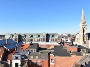 Centraal gelegen appartement op de hoogste verdieping met prachtige zichten.<br /> Indeling:<br /> Inkomhal met vestiaire ruimte. Leefruimte met raamp