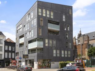 Te midden van de stad, op een boogscheut van de Lange Gasthuisstraat, Groenplaats en Mechelseplein bevindt zich dit appartement met terras en parkeerg