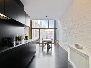 Architecturale woning met veel licht en grote raampartijen te midden van de stad.<br /> Indeling: Gezellige en volledig geïnstalleerde leefkeuken