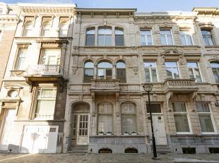 Recent gerenoveerde herenwoning met behoud van authentieke elementen in een modern jasje op het residentiële Zurenborg.<br /> Ruime inkomhal met