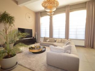 Luxueus gemeubeld appartement in historisch pand<br /> Indeling: Hal met gastentoilet en vestiaire. Royale leefruimte met zeer hoge plafonds en veel l