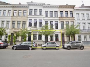 Op het gezellige Zuid bevindt zich een gelijkvloersekantoorruimte/ handelsgelijkvloersin een herenwoning.<br /> Indeling:Het kantoor heeft een separat
