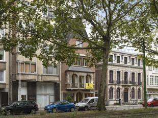 Burgerhuis in neotraditionele stijl gebouwd. Achter een statige gevel op een gunstige locatie bevindt zich deze ruime woning met inpandige garage en t