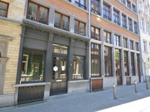 Te midden van de stad bevindt zich dit gelijkvloers kantoor/ commerciële ruimte.<br /> Indeling: Kantoorruimte van ca. 185m2 met mooie gevelbreed