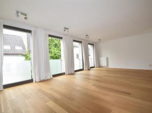 Zeer ruim modern appartementin een rustige straat nabij de Meir.<br /> Indeling: Inkomhal, royale leefruimte met open geïnstalleerde keuken, zitr