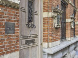 Prachtig gerenoveerde woning te midden van de stad op wandelafstand van de Meir en het Theaterplein.<br /> Indeling: Mooie en royale inkom met toegang