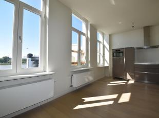 Dit charmant duplex appartement kan genieten van een fantastisch zicht op de Schelde.<br /> Indeling: via de inkomhal met berging bereikt men de ruime