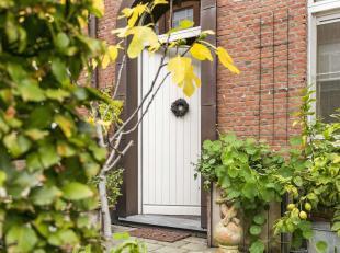 In een oase van rust te midden van de stad bevindt zich deze woning, gelegen in Residentie Mère Jeanne, nabij het Theaterplein, vogelenmarkt en