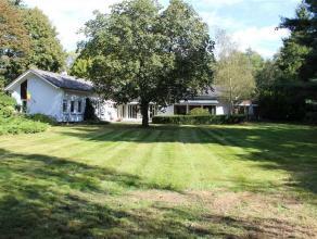 Te renoveren villa in zeer rustig gelegen bosrijke woonwijk dicht bij de dorpskern. De villa beschikt over een lange oprijlaan met achteraan ruime par