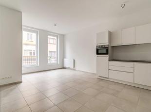 Het appartement bevindt zich op de gelijkvloerse verdieping. Aan de voorzijde van het appartement bevindt zich de leefruimte met open keuken. Deze bes