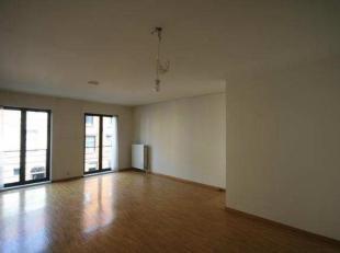Dit appartement bevindt zich op de 1ste verdieping en is bereikbaar via de lift of trap. U komt binnen in de ruime hal dewelke voorzien is van een ves
