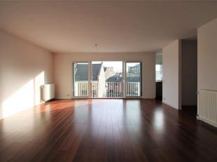 Het appartement is gelegen op de vierde verdieping en bereikbaar met een lift en/of trap. We betreden het appartement via de inkomhal met voldoende ru