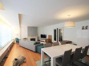 Dit appartement bevindt zich op de tweede verdieping (lift aanwezig) van een kleinschalige residentie. Via de inkomhal kom je binnen in de ruime open