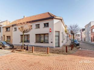 Deze instapklare woning werd volledig gerenoveerd in 2010. Op de gelijkvloerse verdieping vinden we een ruime garage met aansluitend kantoor van ca. 1