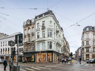 Dit appartement is gelegen op de hoek van de Schuttershofstraat en de Huidevetterstraat, op een ware toplocatie. Met de lift of de trap bereikt u de v