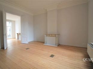 Dit appartement is gelegen op de eerste verdieping en is te bereiken via de trap. Vanuit de inkomhal betreedt u de leefruimte op parket, die toegang v