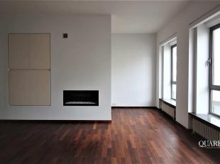 Deze duplex is gelegen op de tweede en derde verdieping van een kleinschalig gebouw en is te bereiken via de trap. U betreedt de duplex vanuit zijn ru
