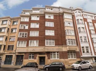 Het appartement bevindt zich op de derde verdieping en is te bereiken via de authentieke art-decolift. U betreedt het appartement vanuit zijn ruime in