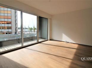 Het appartement van 129 m² is gelegen op de 2de verdieping en is bereikbaar via de lift. Vanuit de ruime leefruimte op parket geniet men op het t